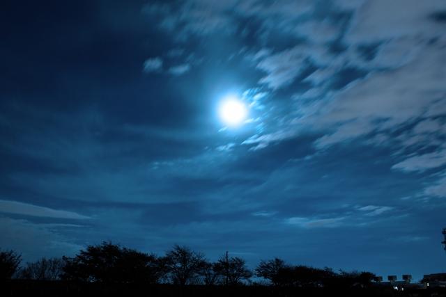 怪しい夜空